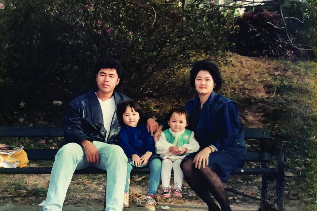衛詩雅小時候與姊姊和雙親合照