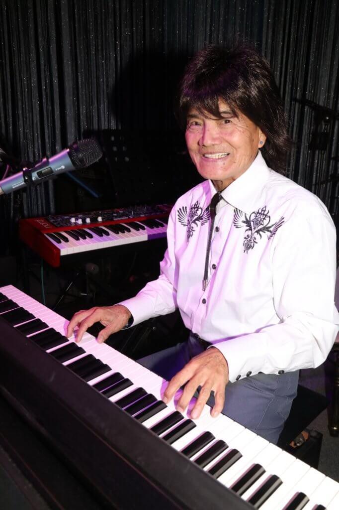 Danny七五移民美國,多年來在當地四出表演,從沒放棄過他最喜歡的音樂。