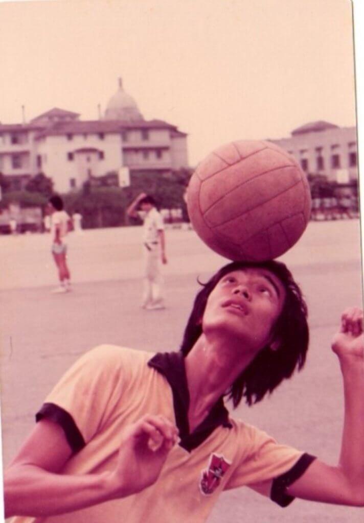 鍾志光自稱是沉迷足球的波牛,重回中學附近的牛津道球場,勾起他不少青蔥歲月的回憶。