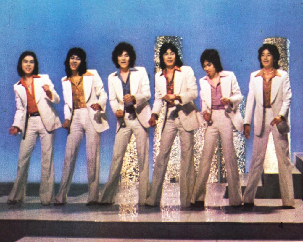 大AL組成玉石樂隊年代,以唱英文歌為主,後來作獨立發展,才唱了不少諷刺時弊的粵語歌。
