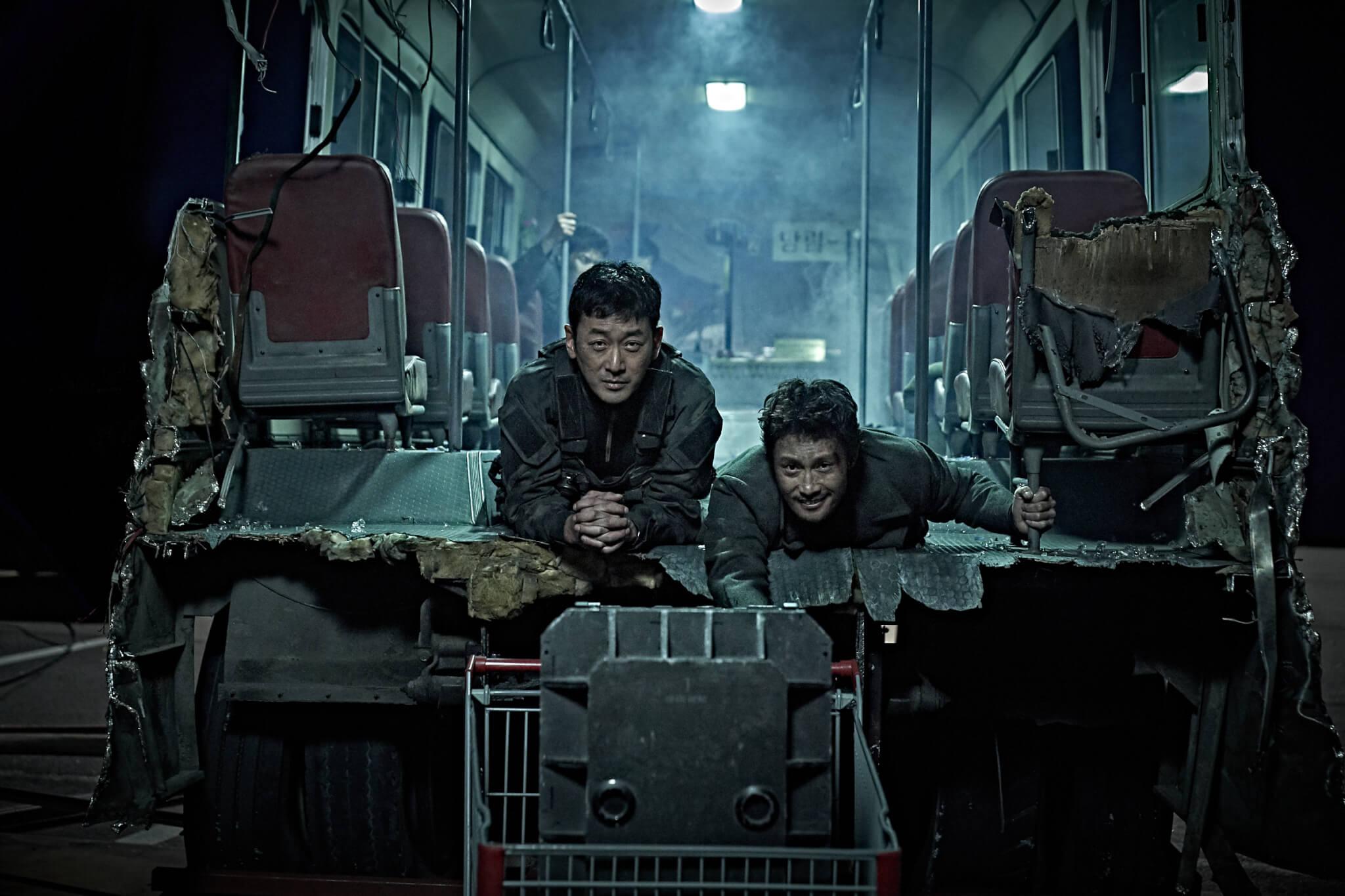 河正宇和李秉憲在斷開兩截的巴士上拉着超市手推車,到底發生什麼事?