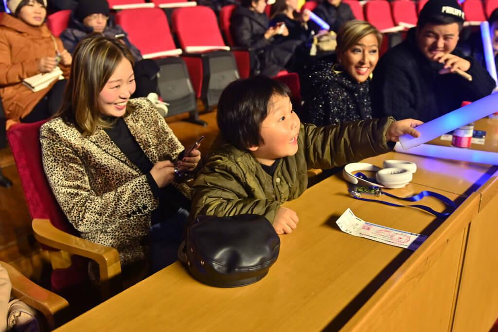 小AJ到北京為爸爸打氣,陪綵排和練歌。