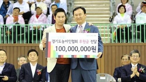 申東燁(左)為了哥哥(右)付出不少,會定期為聾啞人士捐出巨款。