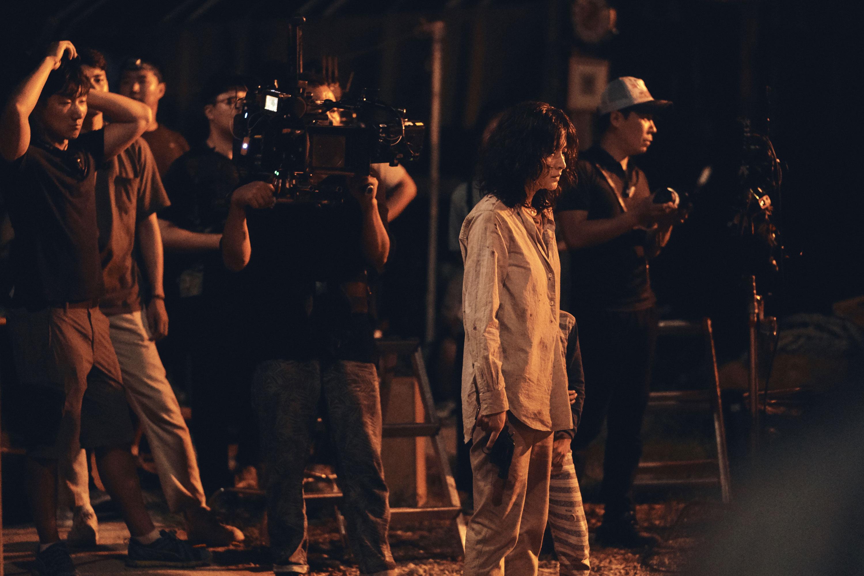 回到片場的李英愛非常開心,也非常專業地完成每一個鏡頭。