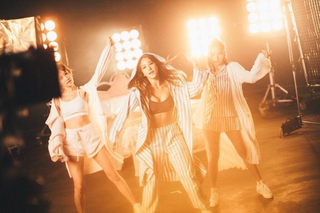 明年初,她會舉行小型音樂會,跟粉絲近距離見面,早前她就拍了《睡衣派對》MV。