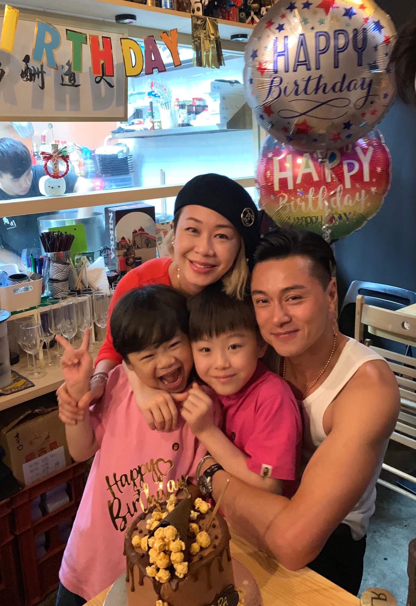 一家四口早前去到台灣旅行慶祝結婚十四周年,享受家庭樂。