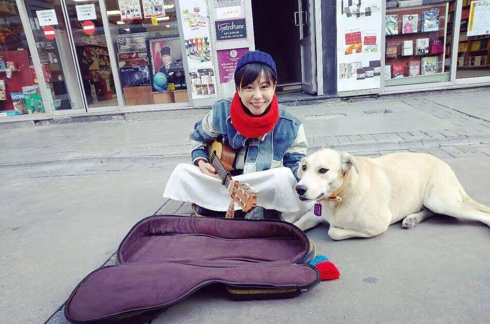 慧敏哥的一百日環球之旅,不時在街頭賣藝賺錢,最後把賺回來的錢捐出。
