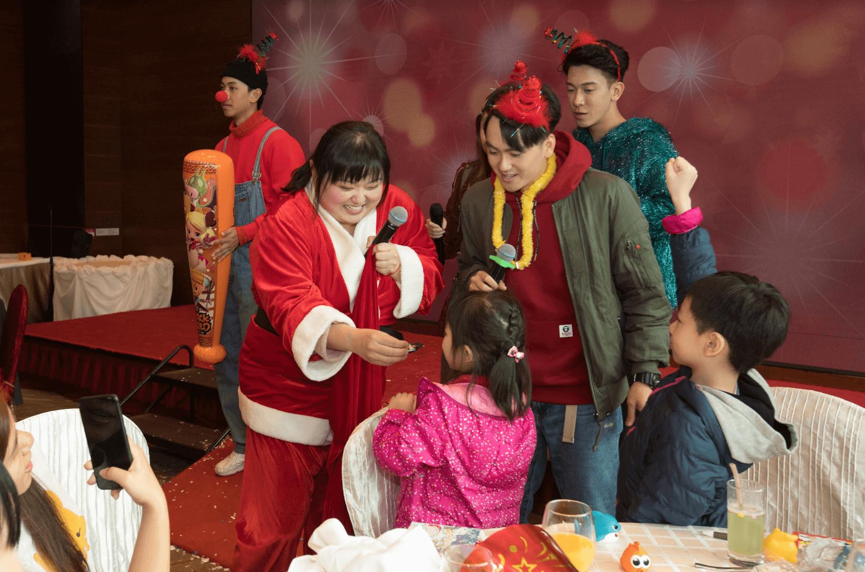 「聖誕女郎」細細粒甫出場派禮物,即被小朋友爭相包圍。