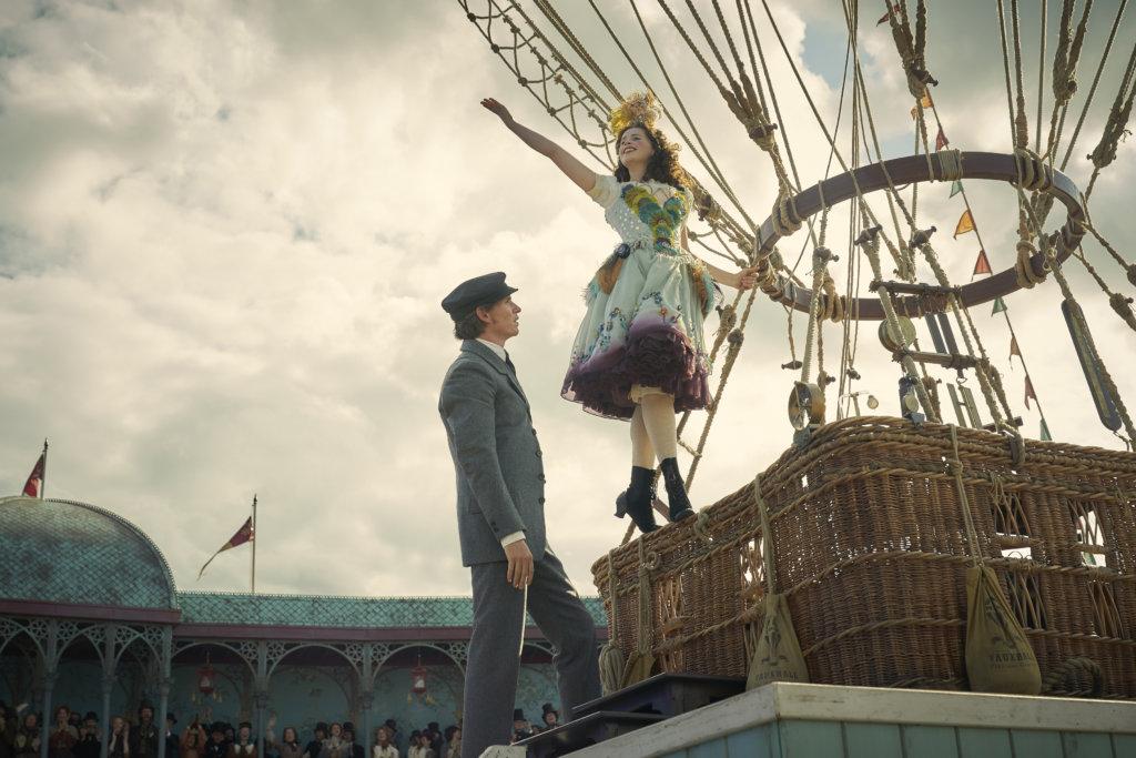 片中的菲莉絲飾演的熱氣球飛行員,像一位吸引大眾的娛樂表演者。