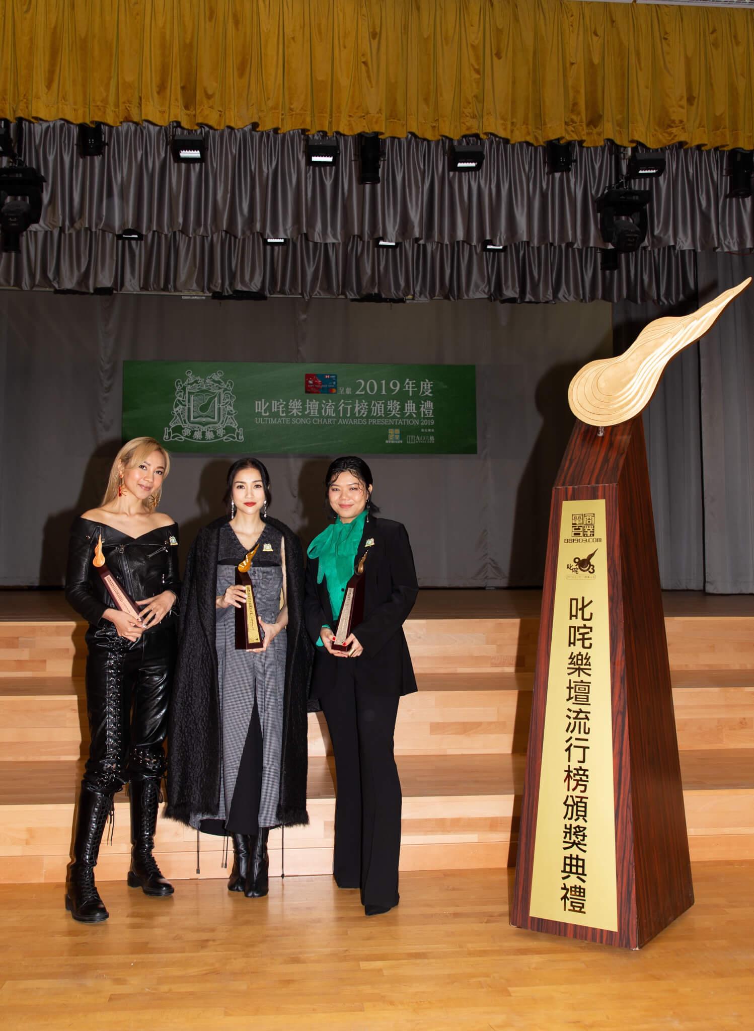 鄧小巧十一年前參加歌唱比賽的評判是謝安琪,今年竟然與Kay分別奪得女歌手金和銀獎。
