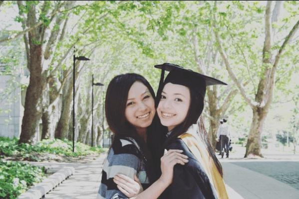 姊姊抗病期間,AGA的事業出現轉機,一六年AGA推出首張大碟《Ginadoll》,是以離世的二姊Instagram帳號來命名。