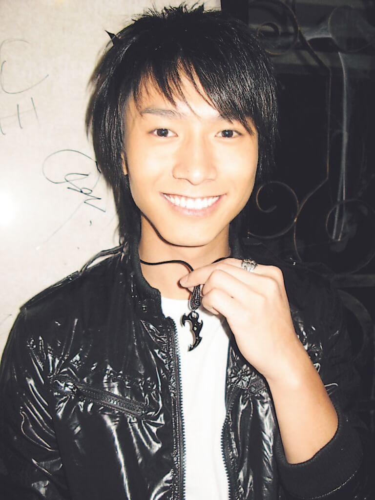 陳柏宇廿四歲左右出道,瘦削、一臉稚氣。