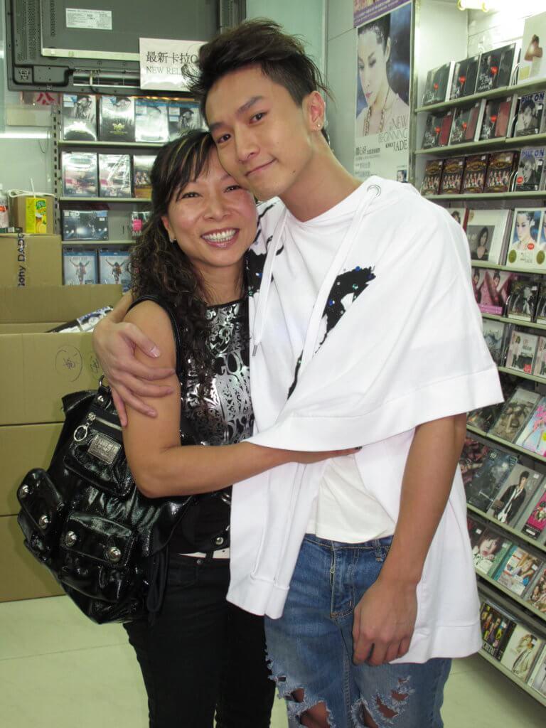 陳柏宇媽媽早年是兒子的財政救星,近年已從加拿大回流定居,從事地產工作。