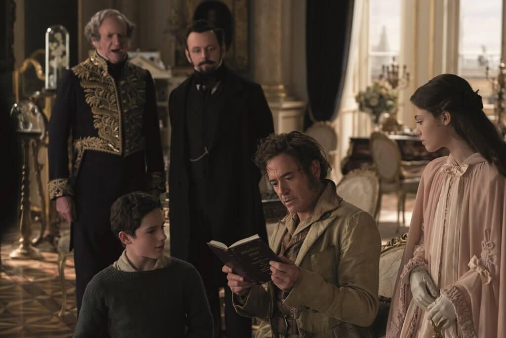 羅拔飾演的D老篤本來受喪妻困擾,因收到女王重病消息而出山。