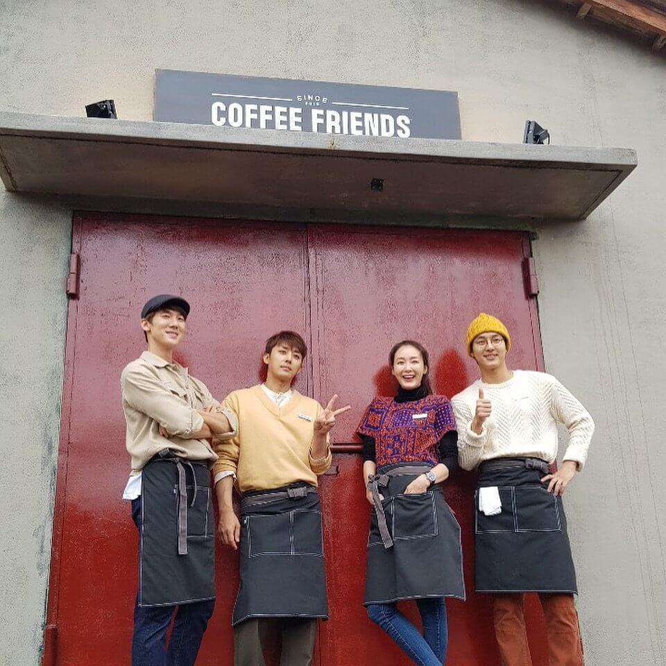 崔智友、孫浩俊(左二)及柳演錫(左一)合作開設期間限定的Coffee Friends。