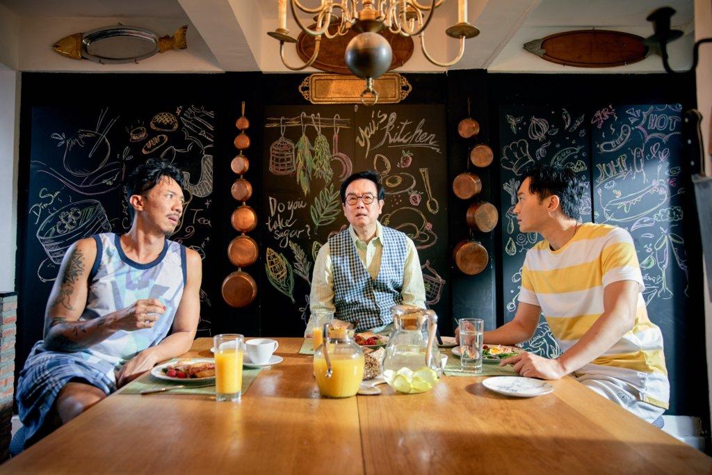 在《家有囍事2020》中,黃百鳴、張智霖和張繼聰飾演游家三兄弟,是精通千術的俠盜。