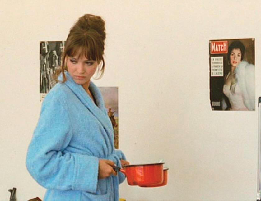 白的皮草披搭在牆上封面女郎的身上,與穿藍色浴袍的安娜卡列蓮娜相映成趣,加上她手持兩隻紅色煲子,她,更適合那個世界?或,她原來在那種現實?