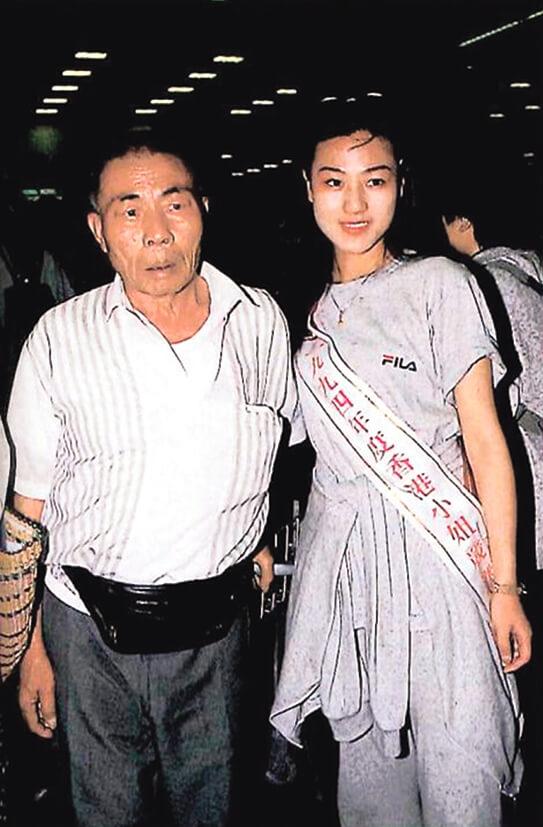 參選港姐時,爸爸也來支持她。