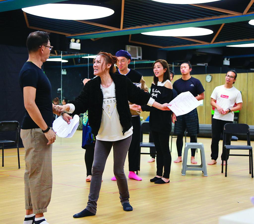 康華正忙於排練舞台劇《今晚打老虎》,她在劇中要跳一場舞,她只是看了十五分鐘,馬上能絲毫不差的把舞跳出來。