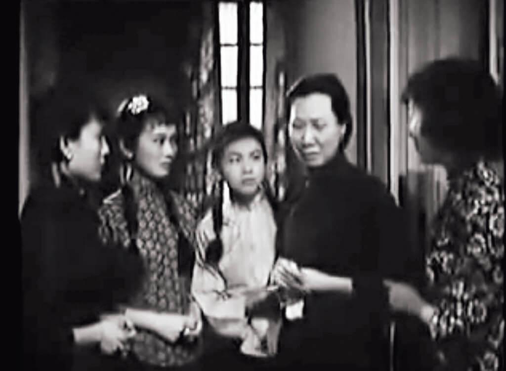 原著中的母親暱稱「媽咪」,因四個女孩眼中的她從來舉重若輕。從美國來到中國之後,終日愁眉深鎖的媽,教大家再也叫不出撒嬌的「咪」。
