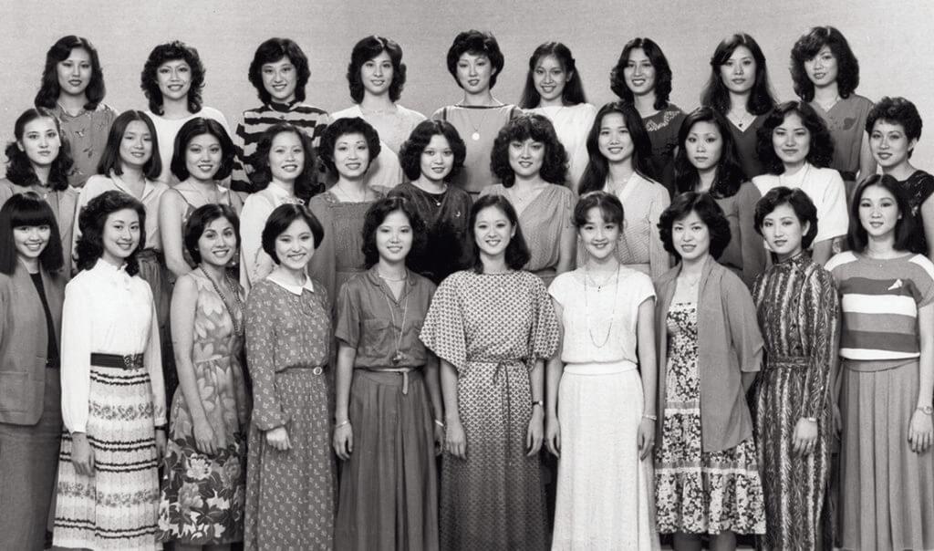 林漪娸(後排左四)八○年參選港姐,那年的冠軍是戴月娥(後排左六),她獲得第四名。