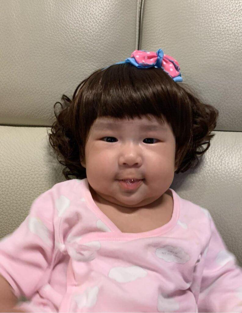 曹敏寶老公恨追女,為光頭兒子戴上假髮,似足椰菜娃娃,非常搞笑。