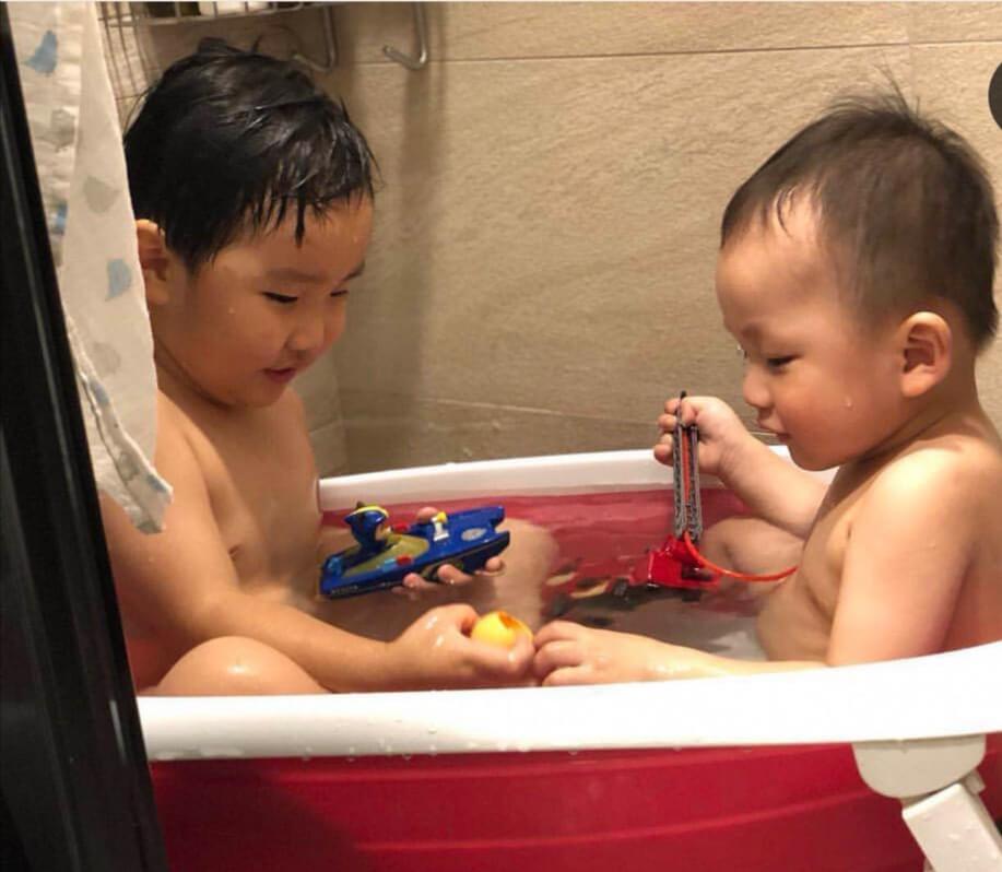 小芝麻(右)跟表哥感情要好,二人一起出浴的畫面,非常有趣。