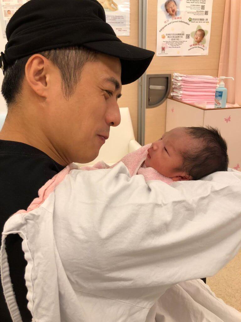 初為人父的李雨陽抱着剛出生的兒子,感動不已。