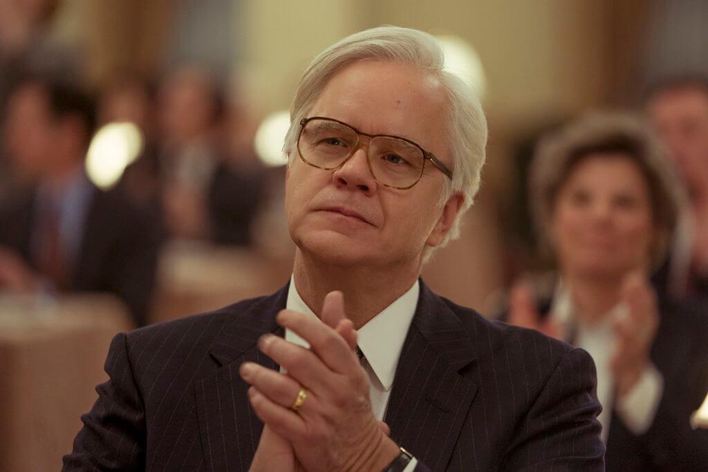 添羅賓士飾演的律師拍檔,全力協助羅比,有情有義。