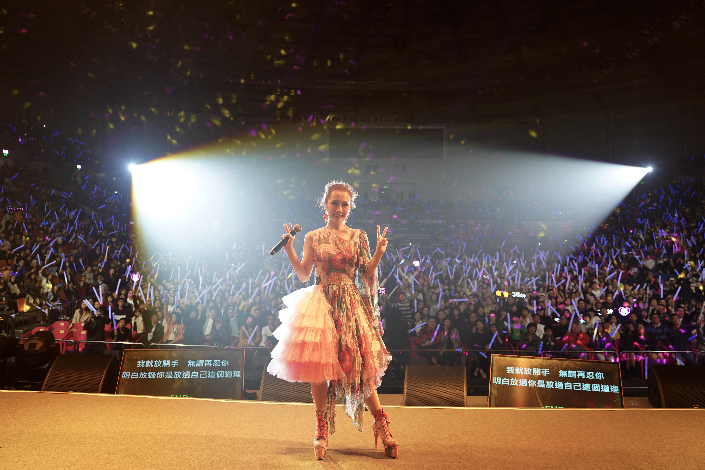 去年十二月舉行東莞站,首次到當地開騷的Jade,一出場看到全場爆滿已感動到想喊。