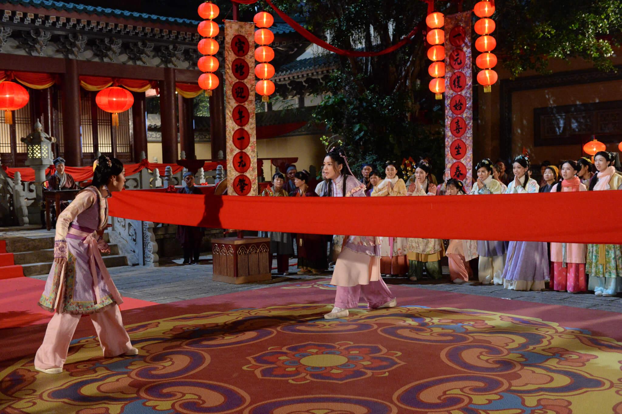 劇中她與黃心穎在花燈大會玩不同的競技遊戲,即場需由武指教導踢腿。