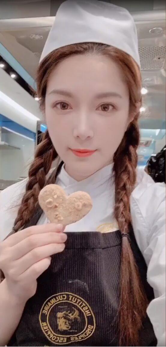 苟姑娘留言:「做了一個心型餅乾,第一時間想起你。」對老公隔空傳情。