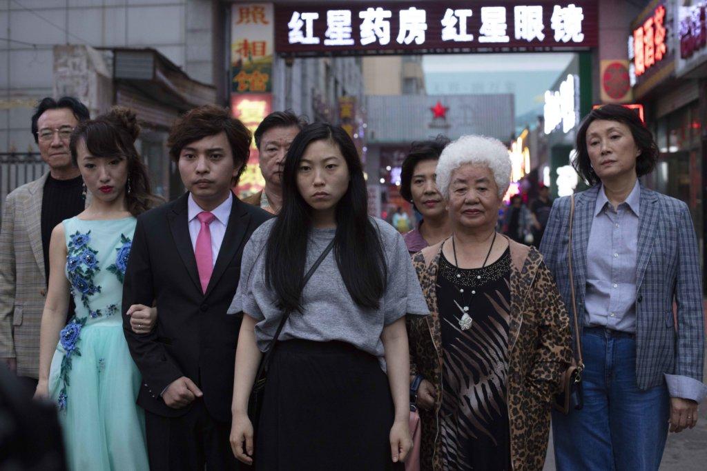 《別告訴她》講述奧卡菲娜與親友由世界各地回到中國,假借一場婚禮,見患上末期癌症的祖母最後一面。