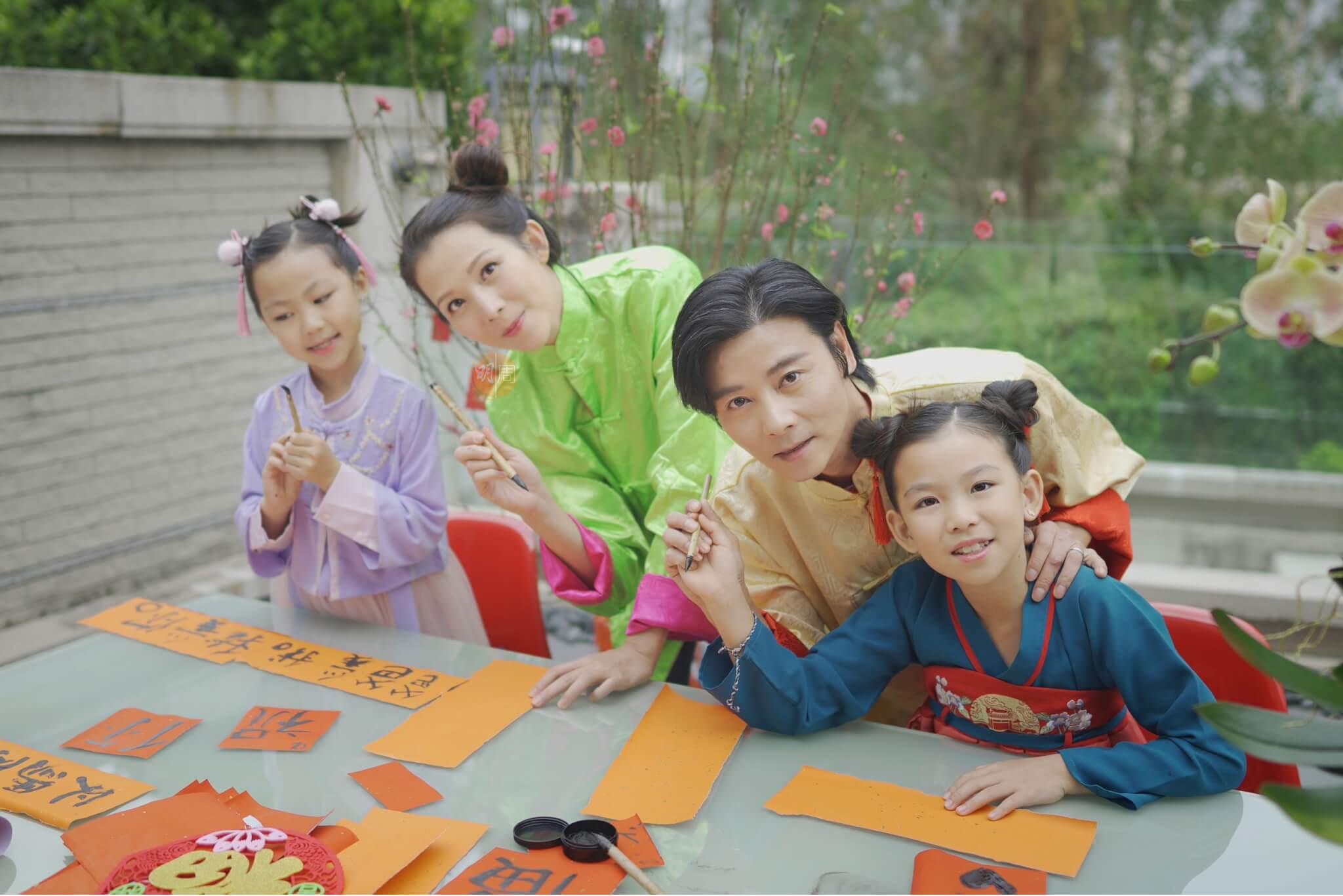 農曆新年前夕,蔡少芬與張晉和兩位女兒寫揮春,Ada希望楚兒和信兒「活潑可人」。
