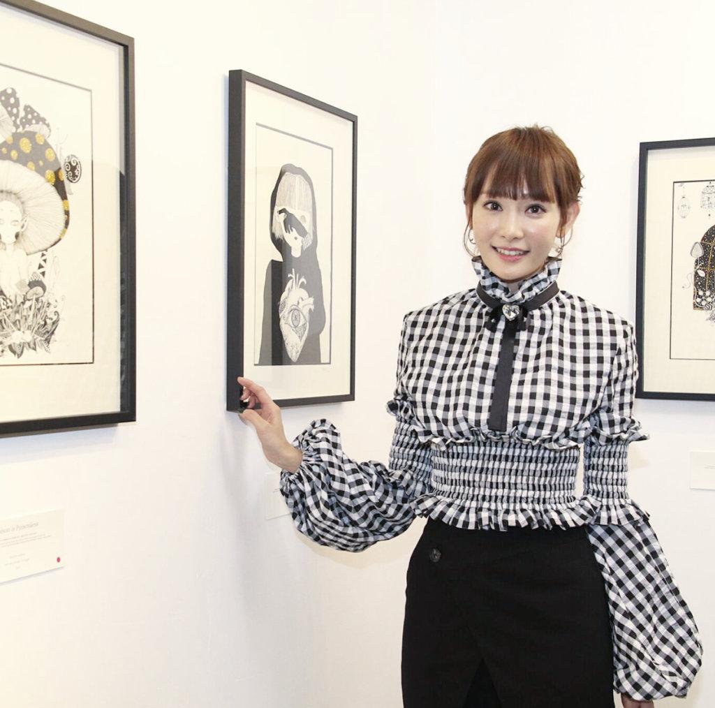 Aka喜歡畫畫,早前舉行過畫展。