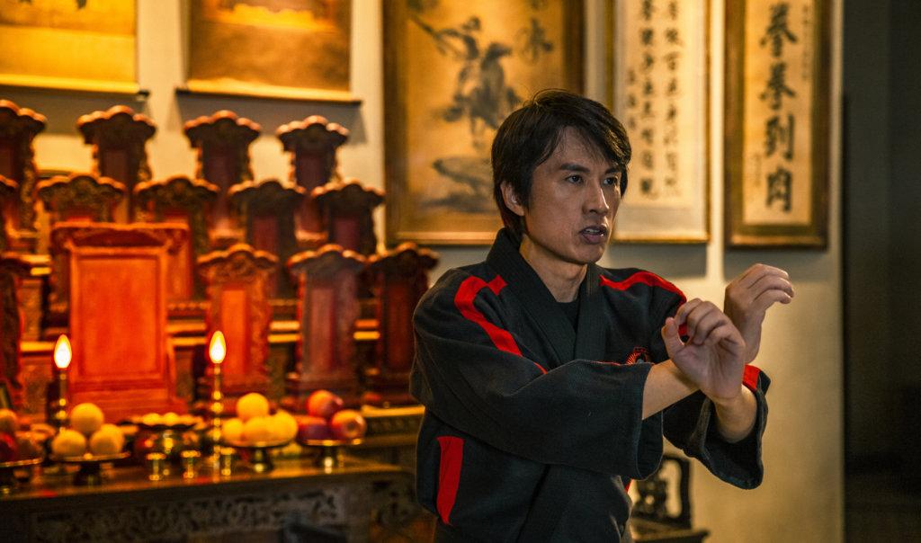黃子華飾演的馬飛龍一夜間由一代宗師淪為乜代宗師,與心悠有感情線。