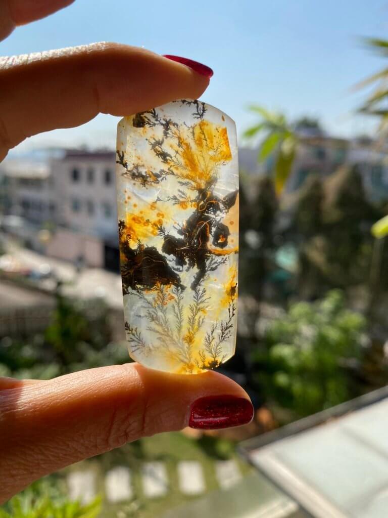 殷寧會在網上搜羅珍貴的石頭和水晶,有些拍賣價達十多萬。