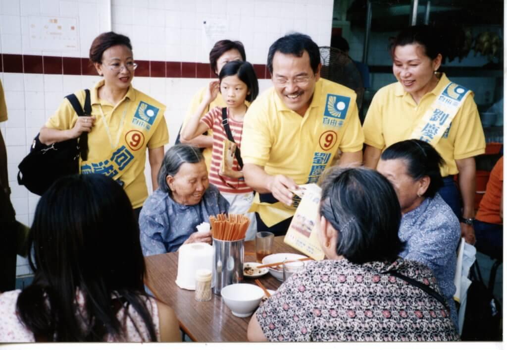 劉丹曾任西貢區議會的委任議員,於○○年以原名劉慶基代表自由黨參加香港立法會新界東區的選舉,取得一萬五千多票,可惜未能取得議席。
