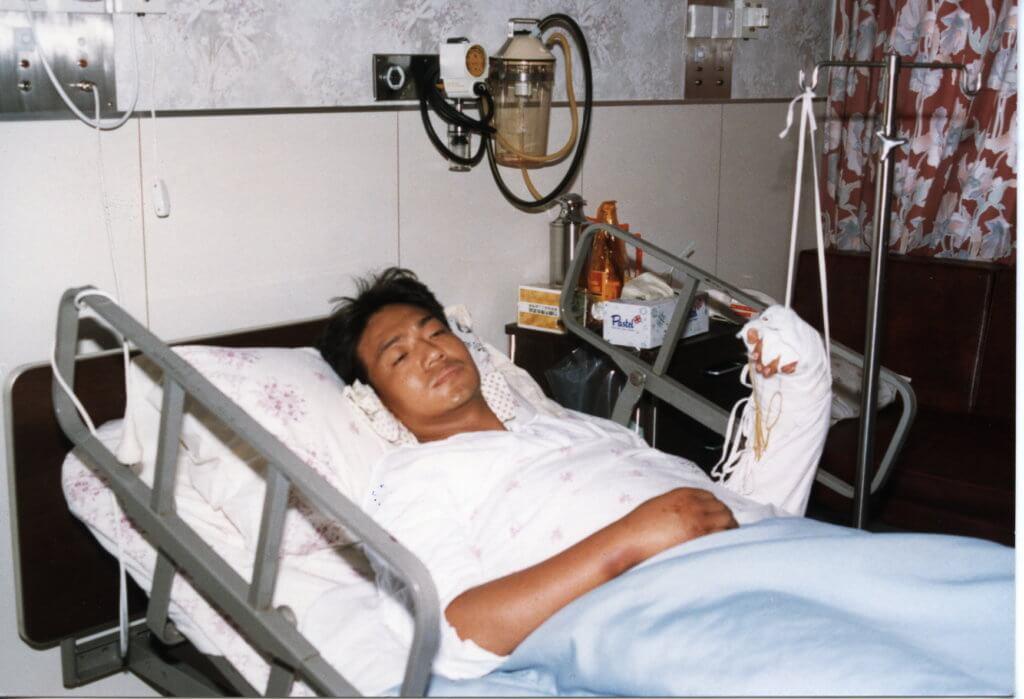 年輕時因抵受不到壓力自殺,在醫院住了一段時間。