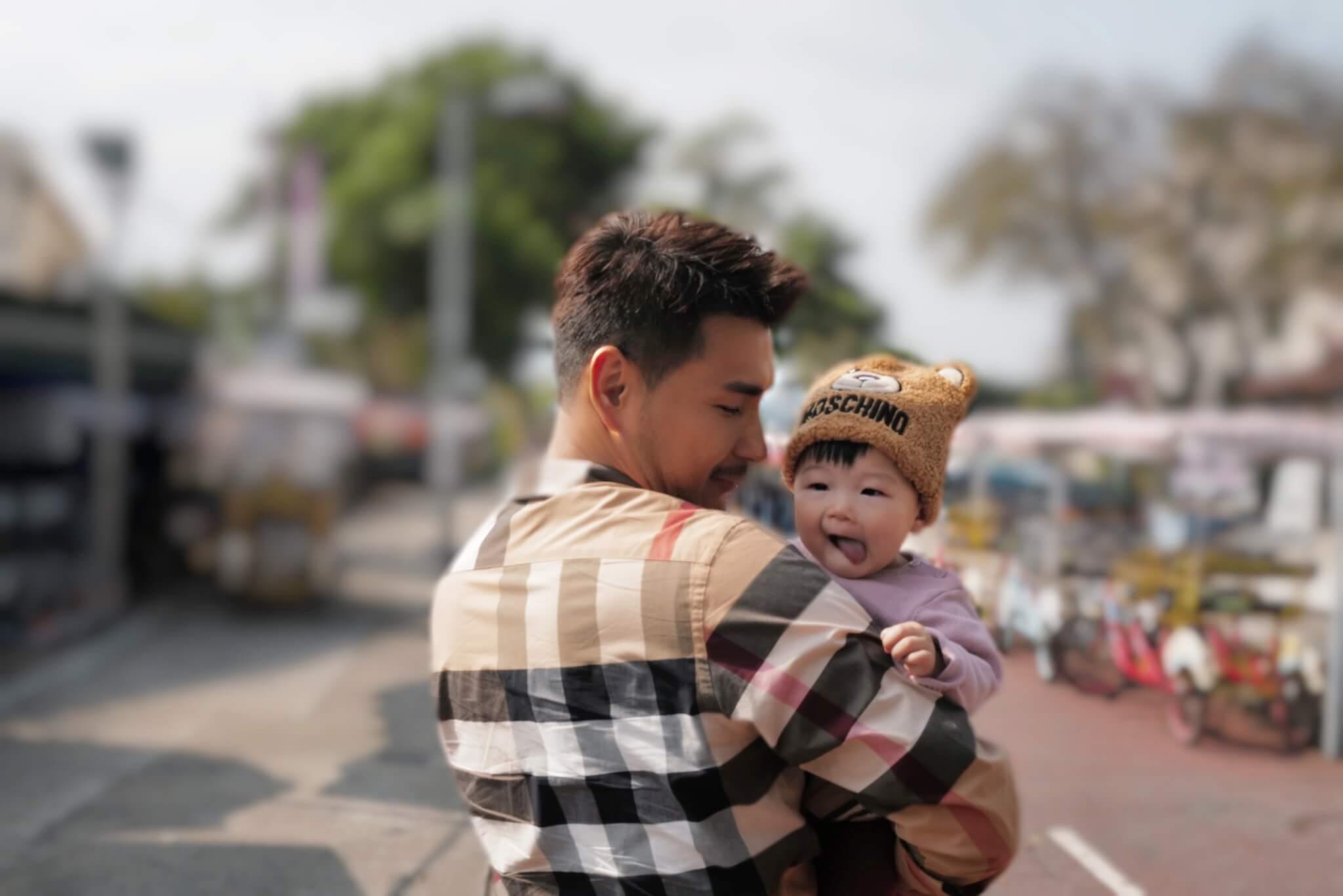 每次出街,展鵬都堅持手抱小豬比,爭取父女相處的時光。