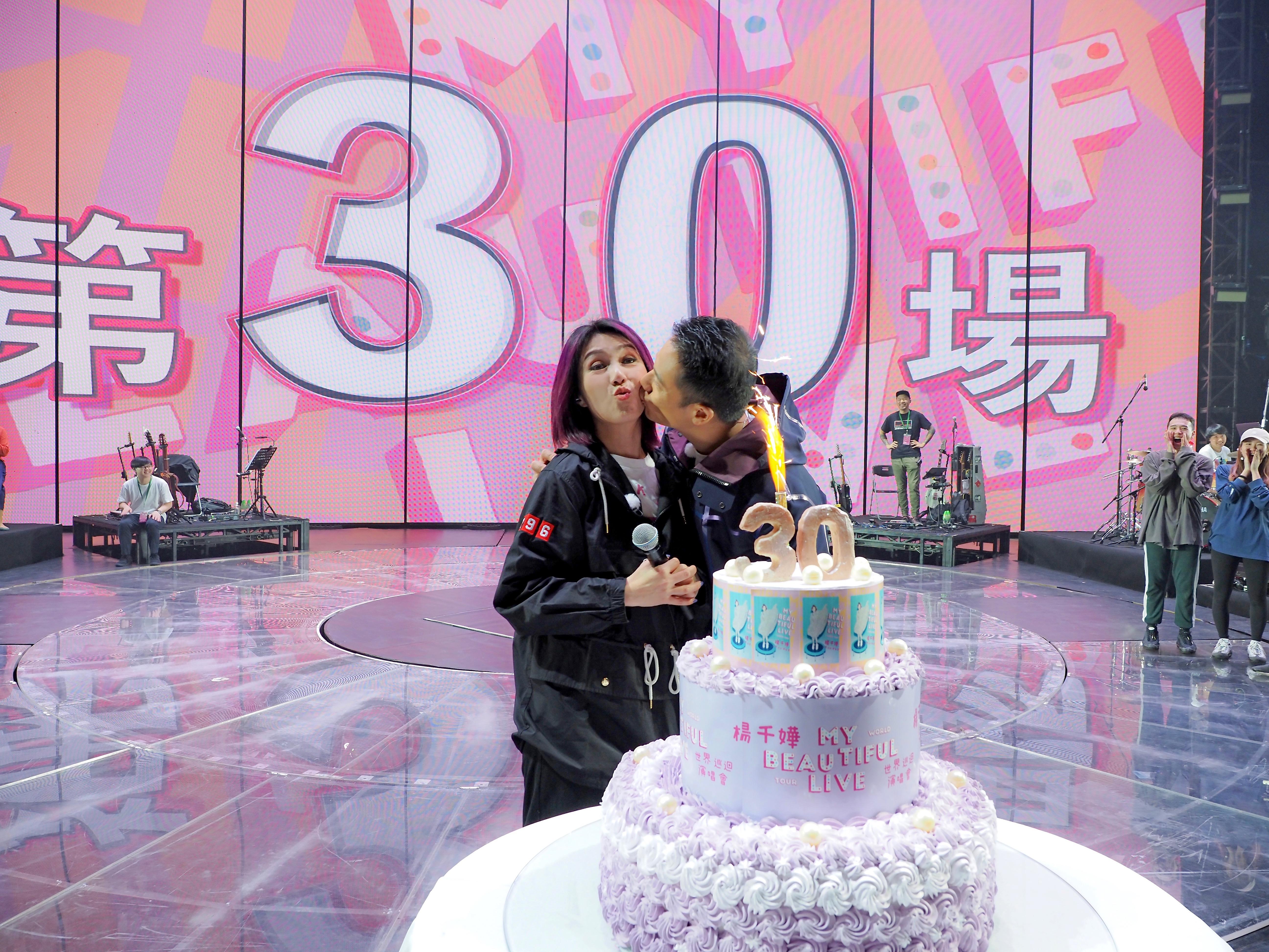 在佛山高明舉行第三十場,千嬅和丁子高開騷前在台上特別慶祝。