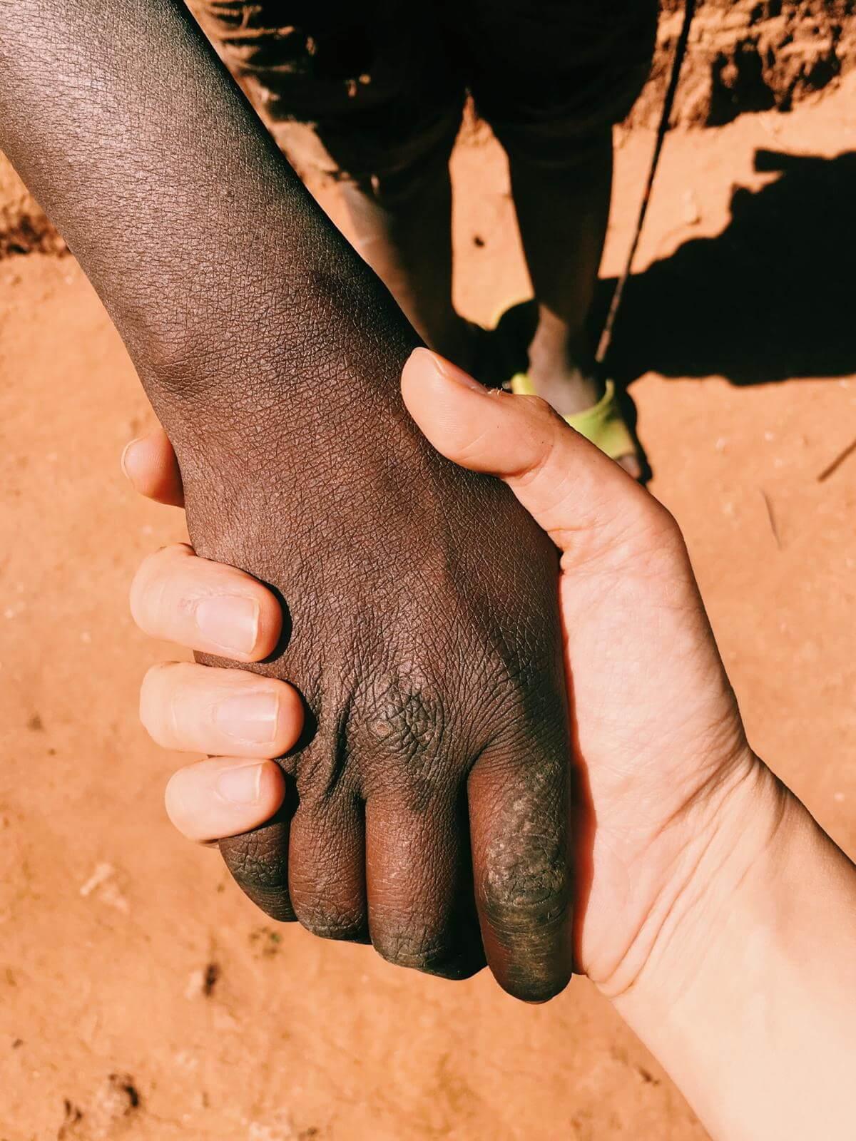 探訪時遇到一位患了瘧疾的小妹妹,Jill幫她祈禱後竟出現奇蹟。