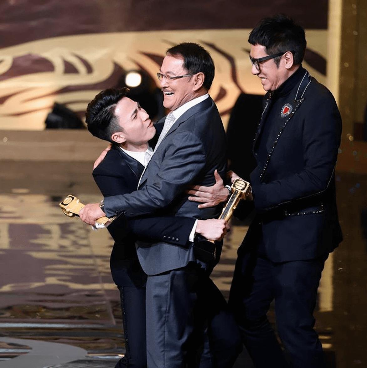 與「萬千光輝演藝人大獎」的劉丹擁抱