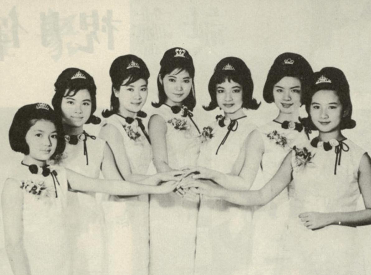 馮素波(右三)是「七公主」大家姊,依次是沈芝華(右二)、陳寶珠(左三)、蕭芳芳(中)、薛家燕(右一)、王愛明(左二)及馮寶寶(左一)。