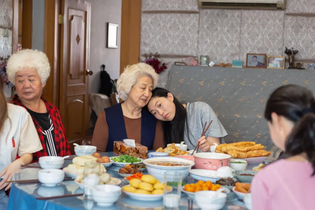 奧卡菲娜收起嬉皮笑臉,演出孫女跟祖母的感情戲,真摯動人。