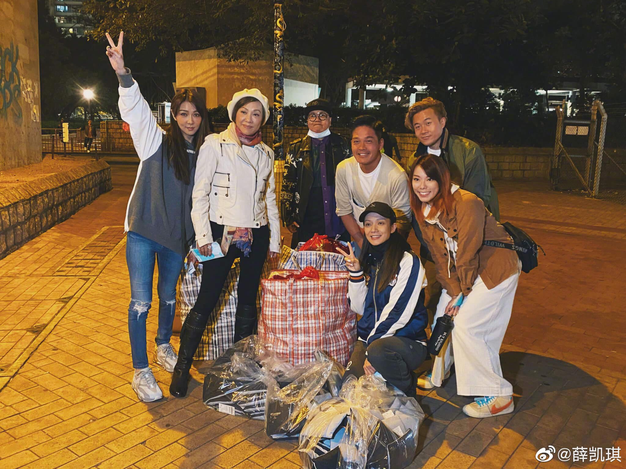 Fiona跟香港演藝人協會去派福袋,,為露宿者送暖。