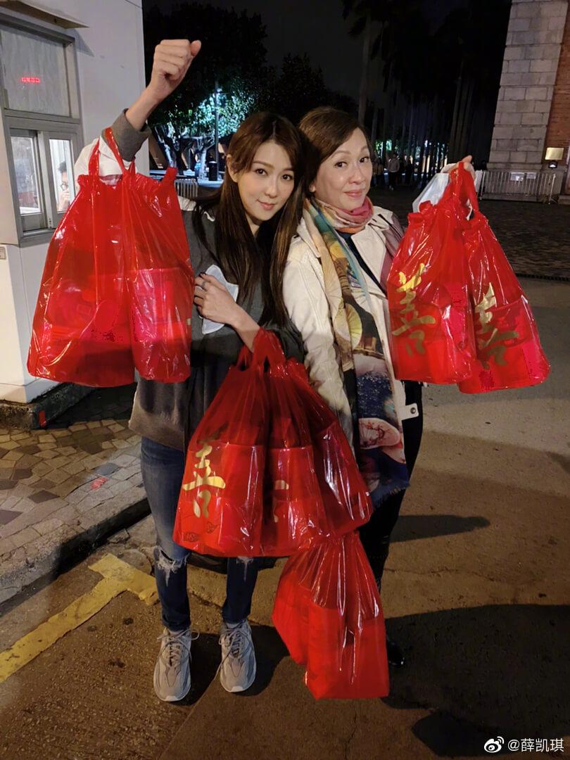 Fiona與余安安手提大量福袋,給有需要的人去過一個溫暖的新年。