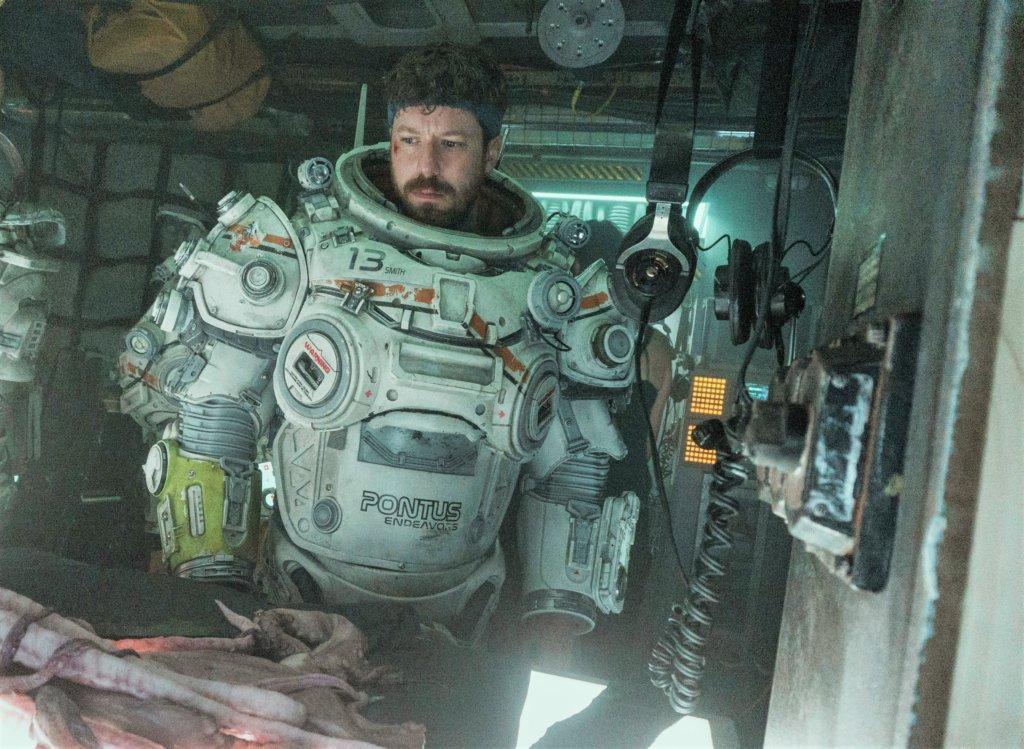 一眾隊員於海底步行時所穿的重型潛水盔甲,是向《異形》的太空衣致敬。
