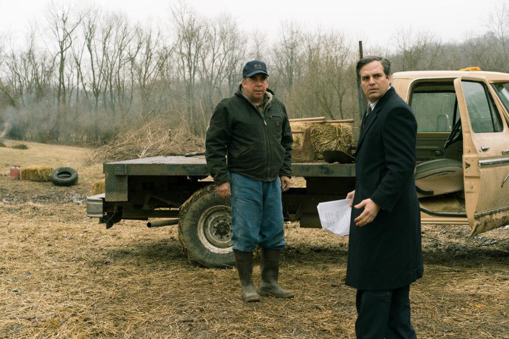麥克(右)扮演的律師為家鄉的農夫調查牛隻死亡事件時,揭發大企業的污染黑幕。