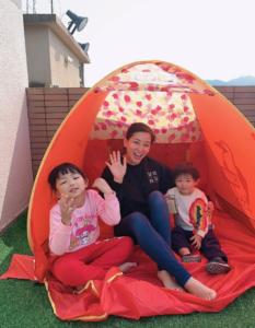 麥雅緻與小朋友在家「避炎」